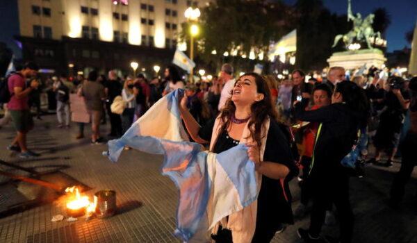 Proteste a Buenos Aires contro nuove restrizioni anti Covid