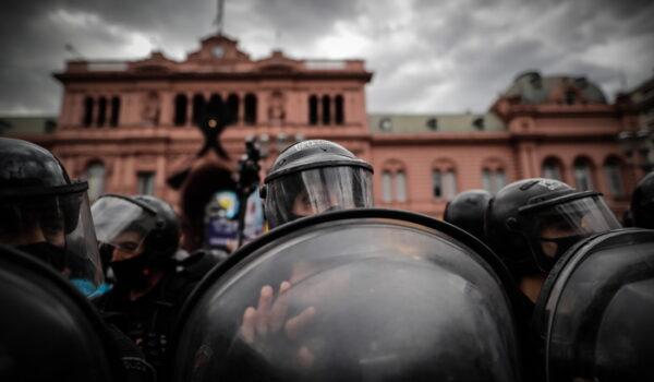Scontri tra polizia e folla a camera ardente Maradona