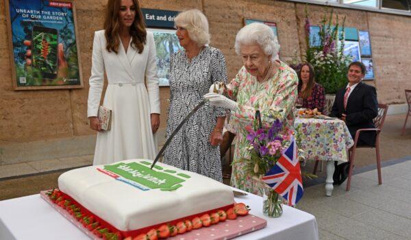 Fatevi da parte, Elisabetta è tornata (e sciabola sia Camilla sia Kate)